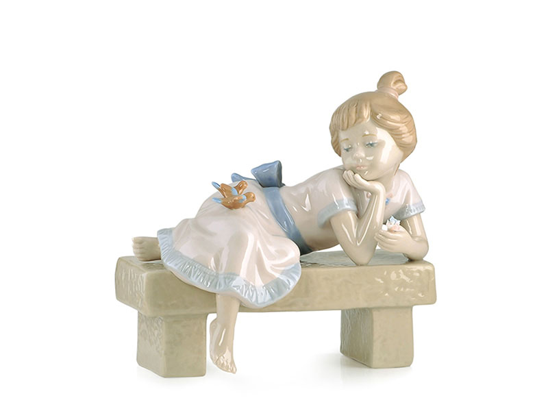 Bambina sdraiata su panca in porcellana royal class by hervit 16 x 11 x 16 cm(h) cm..