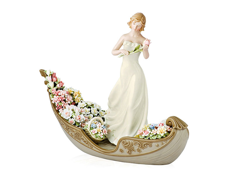 Allegoria floreale su gondola in porcellana royal class by hervit 34x12x26cm..